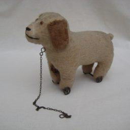 Tøjhund fra tyverne/trediverne, muligvis Steiff.